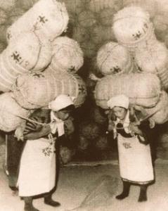 米俵を担ぐ女性